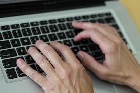 Bilde av hender på en laptop