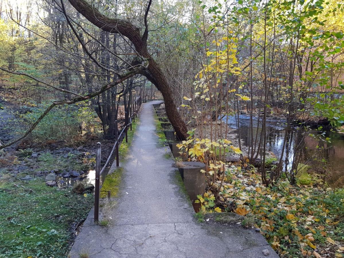 Den vakre gangveien i friområdet fra Ivan Bjørndals gate via damkrona til øya i Akerselva ender i dag ute på øya, uten noen forbindelse videre.